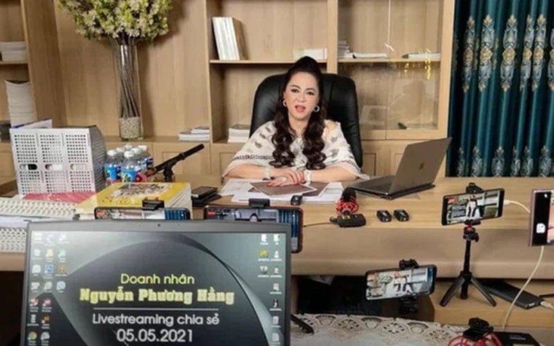 ekip-phia-sau-nhung-man-livestream-boc-phot-cua-ba-phuong-hang-3-35express