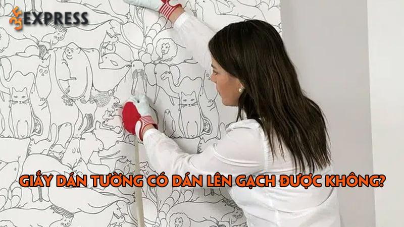 giay-dan-tuong-co-dan-len-gach-duoc-khong-cach-dan-giay-dan-tuong